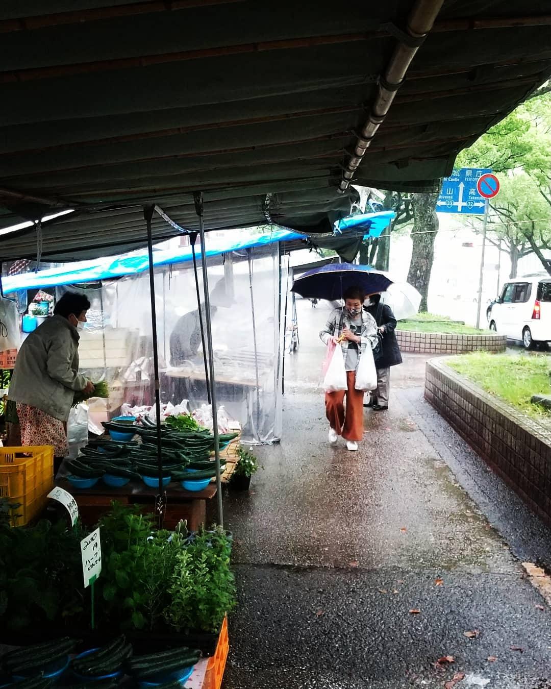 おはようございます!木曜市開催中です。朝からざーざーと強い雨が降っております。出店者のおばちゃん曰く…「こればぁの雨で休みよったら毎日休まないかんなるき!」ということです(笑)雨でもしっかり開店しておりますので、皆さまぜひお越しくださいませ#高知木曜市 #木曜市