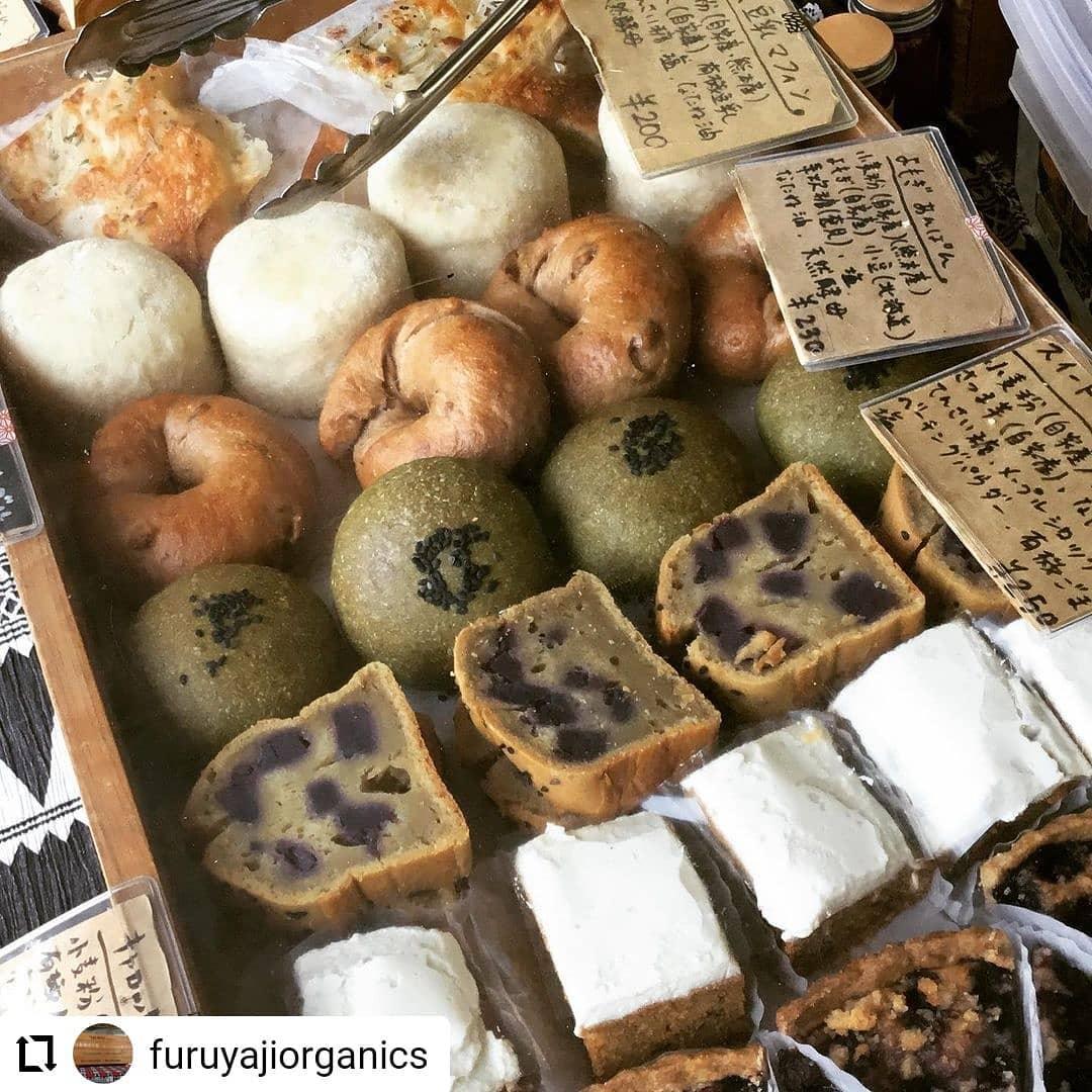 #Repost @furuyajiorganics…おはようございます🌞本日日曜市に出店してます。いい天気で気持ちいい〜玄米豆乳マフィン新玉ねぎとチーズのフォカッチャ黒糖くるみベーグルよもぎあんぱんキャロットケーキブルーベリータルトドリンクもやってます〜♪#フルヤジ #日曜市