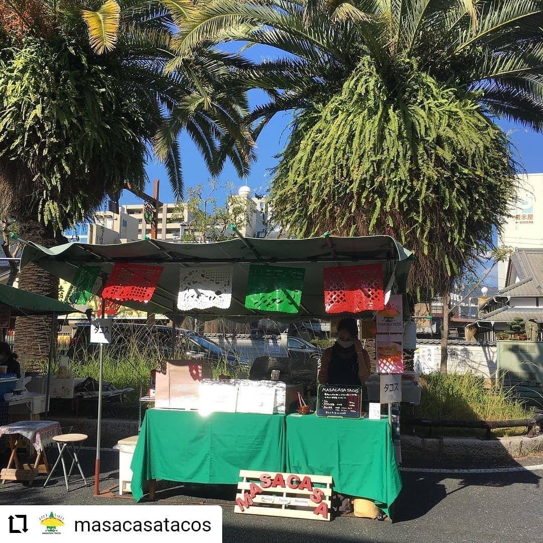 #Repost @masacasatacos…6/20(日) 、日曜市、出店します。We will be at Sunday Farmers market on 6/20 from 8am ish. 日曜市では、高知のじきび粉とメキシコのマサ粉の自家製トルティーヤのタコスです。具は、「高知野菜」土佐紅(枝川の森田農園のさつまいも)、高知産のパプリカ、ピーマン、と四万十鶏のトマト煮です。人気は、四万十鶏のトマト煮と高知野菜、両方入った「ミックス」低カロリー高タンパクな、四万十鶏の胸肉と、さつまいもたっぷりの高知野菜のハーフ&ハーフ。朝食にもばっちりです。サルサは3種類 A: トマト、B: サルサ・ベルデ(トマティーヨ、ハラペーニョ、パクチー、小夏) C :  チポトレ(ハラペーニョの燻製)、赤唐辛子サルサの唐辛子、トマト、玉ねぎ、ニンニク、トマティーヨ、パクチーも高知産です。場所は、日曜市3丁目、駐車場の前 開店は、8時くらいからに、なります。よろしくお願いいたします。SNSにタグ付け投稿していただいた方々の写真を使わせていただいています#高知 #日曜市 #タコス #サルサ #高知野菜 #四万十鶏 #高知タコス計画 #自家製トルティーヤ #森田農園 さんの#土佐紅 #森田農園 さんの #ハラペーニョ を#松原ミート さんに#燻製 していただいた#チポトレ #カヤファーム さんの#トマティーヨ と#ハラペーニョ でつくった#サルサベルデ #日高村 のトマト #岡崎農園の#フルーツトマト #farmersmarket #tacos #kochi